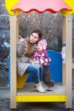 Мама показывает что-то дочь в парке Стоковая Фотография