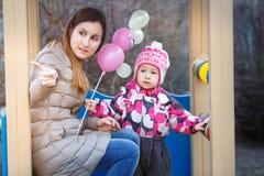 Мама показывает что-то дочь в парке Стоковые Фото
