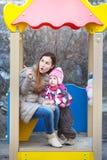 Мама показывает что-то дочь в парке Стоковое Фото