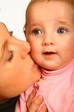 мама поцелуя Стоковые Фото