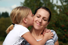 мама поцелуя Стоковая Фотография