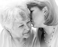 мама поцелуя bw Стоковая Фотография