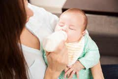 Мама подавая ее младенец дома Стоковая Фотография RF