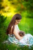 Мама подает младенец, кормя грудью, лето Стоковое фото RF