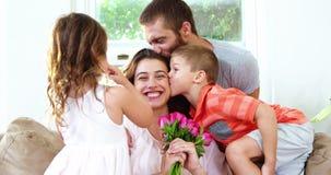 Мама получая цветки и поцелуи сток-видео
