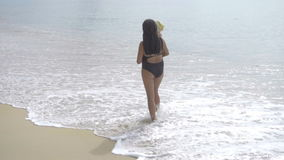Мама при двухлетняя дочь идя вдоль песчаного пляжа сток-видео