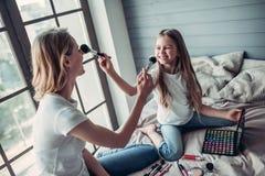Мама при дочь делая состав стоковые фото