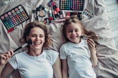 Мама при дочь делая состав стоковые фотографии rf