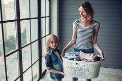 Мама при дочь делая чистку Стоковое Изображение