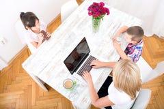 Мама работая дома Стоковые Фото