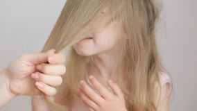 Мама расчесывает светлые волосы для маленькой девочки рано утром акции видеоматериалы