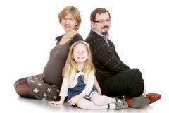 Мама семьи из трех человек беременная, папа и немного стоковые изображения rf