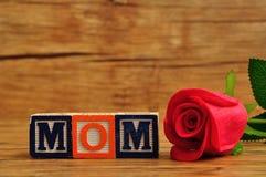 Мама сказала по буквам с красочными блоками алфавита и красной розой Стоковая Фотография RF