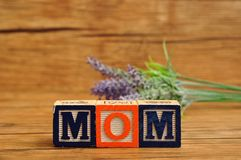 Мама сказала по буквам с красочными блоками и лавандой алфавита Стоковые Фото