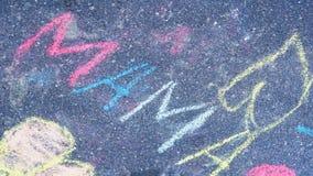 Мама слова мелом на асфальте скрепляет болтами гайки семьи принципиальной схемы состава Стоковое Фото