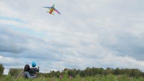 Мама со змеем летания сына на открытом воздухе видеоматериал