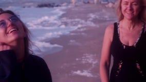 Мама счастлива что ее дочь близрасположенна, околпачивающ вокруг, шутящ, смеясь, прибой, волны, пляж, песок, пена в сток-видео