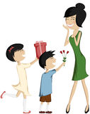 Мама сюрприза (красочный и детальный с черно-с волосами дочерью и сыном)! Стоковое фото RF