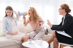 Мама с беременным девочка-подростком на приеме ` s психолога Стоковые Изображения RF