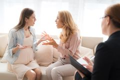 Мама с беременным девочка-подростком на приеме ` s психолога Стоковые Фотографии RF