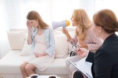 Мама с беременным девочка-подростком на приеме ` s психолога Стоковое фото RF