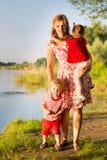 Мама с близнецами детей Стоковая Фотография