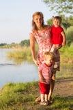 Мама с близнецами детей Стоковое Изображение RF