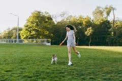 Мама с дочерью и собаки идут в парк с диском летания Стоковое фото RF