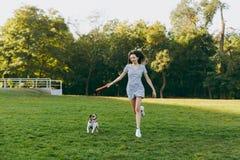Мама с дочерью и собаки идут в парк с летанием Стоковые Фотографии RF