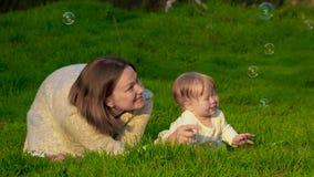Мама с ее дочерью в парке видеоматериал