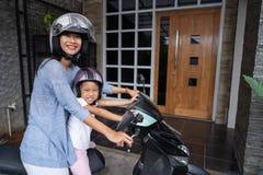 Мама с ее ребенком малыша на мотоцикле стоковые фото