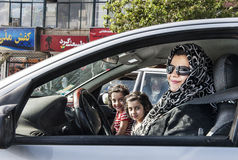 Мама с ее 2 симпатичными детьми в автомобиле стоковые изображения rf