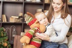 Мама с игрушкой удерживания младенца большого лося! Стоковая Фотография