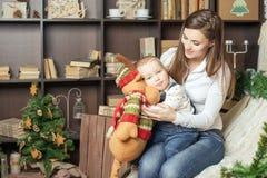 Мама с игрушкой удерживания младенца большого лося! Стоковые Изображения RF