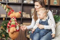 Мама с игрушкой удерживания младенца большого лося! Стоковые Фото