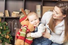 Мама с игрушкой удерживания младенца большого лося! Стоковое Изображение RF