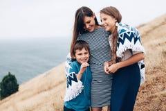 Мама с идти детей внешний Стоковое Изображение