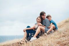 Мама с идти детей внешний Стоковые Изображения RF