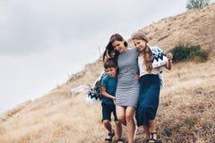 Мама с идти детей внешний Стоковые Изображения