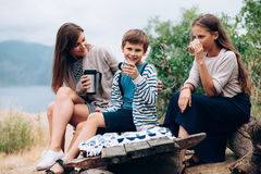 Мама с идти детей внешний Стоковая Фотография RF