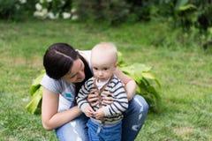 Мама с мальчиком стоковая фотография rf
