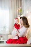 Мама с младенцем 11 месяцев старых Стоковые Фотографии RF
