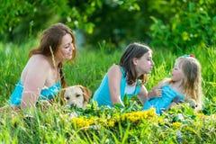 Мама с 2 дочерьми и собаками Стоковое Фото