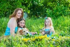 Мама с 2 дочерьми и собаками Стоковые Изображения RF