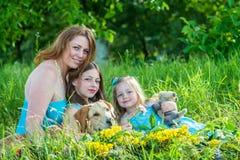 Мама с 2 дочерьми и собаками Стоковое Изображение RF