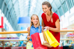 Мама с дочерью в моле или магазине стоковые изображения