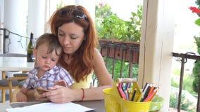 Мама с пользой сына smartphone для интернета акции видеоматериалы