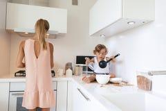 Мама с ребенком в кухне стоковая фотография