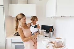 Мама с ребенком в кухне стоковое фото