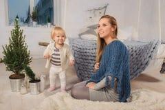Мама с ребенком готовым на рождество и Новый Год Стоковая Фотография RF